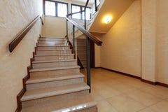 Escadas de pedra modernas com corrimão de madeira foto de stock royalty free
