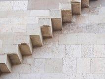 Escadas de pedra na parede imagem de stock royalty free