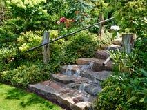 Escadas de pedra naturais que ajardinam no jardim home Fotografia de Stock