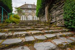Escadas de pedra que conduzem ao orangerie de Plas Brondanw, Gales norte imagens de stock royalty free