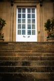 Escadas de pedra que conduzem a Front Door de uma casa histórica imagem de stock royalty free