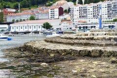 Escadas de pedra que servem como um quebra-mar na baía de Eume no lo Fotografia de Stock Royalty Free