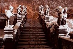Escadas de Praga Loreto com estátuas e neve durante a noite Praga Loreta, República Checa Fotos de Stock Royalty Free