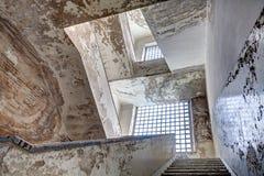 Escadas de uma construção abandonada Fotos de Stock Royalty Free
