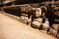 Escadas de um palácio arruinado decorado com relevos dos anões na Imagens de Stock