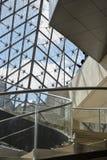 Escadas dentro do Louvre do musuem em Paris França foto de stock