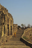 Escadas descendentes do turista, Golconda, Hyderabad Fotografia de Stock