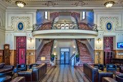 Escadas do enrolamento que conduzem a um balcão em um lobb do hotel do art deco foto de stock royalty free