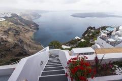 Escadas do enrolamento que vão para baixo ao mar de Aegan, ilha de Santorini, Grécia Imagem de Stock Royalty Free