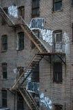 Escadas do escape de fogo em uma construção velha exterior em New York, Manhattan Fotografia de Stock Royalty Free