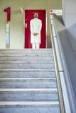 Escadas do hospital do doutor que esperam o vermelho do lft do salão fotos de stock royalty free