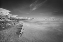 Escadas do mar na praia em preto e branco fotografia de stock