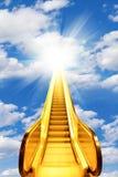 Escadas douradas da escada rolante ao brilho no céu Imagem de Stock Royalty Free