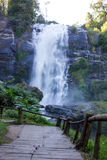 Escadas e cachoeira fotos de stock