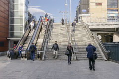 Escadas e escadas rolantes modernas Imagem de Stock