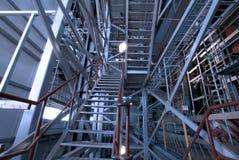 Escadas e estruturas da sustentação na fábrica foto de stock royalty free