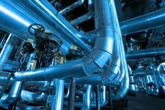 Escadas e estruturas da sustentação na fábrica foto de stock