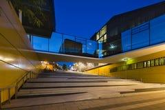 Escadas e ponte de vidro em Aix-la-Chapelle, Alemanha na noite Fotos de Stock