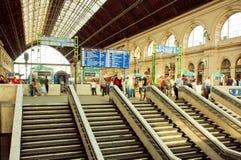 Escadas e tetos do metal da estação de trem com a multidão de passageiros Fotografia de Stock Royalty Free