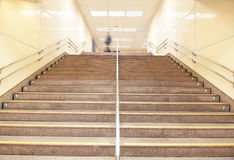 Escadas em uma estação de comboio do metro fotografia de stock