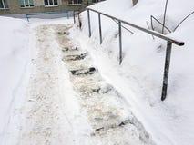 Escadas escorregadiços perigosas e corrimão velho no inverno foto de stock