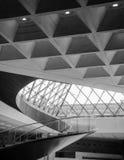 Escadas espirais dentro do Louvre imagens de stock