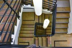 Escadas espirais que correm escadas em um círculo imagens de stock royalty free