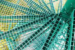 Escadas espirais verdes, grelha do metal instalada Fotografia de Stock