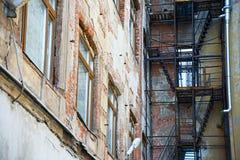 Escadas exteriores velhas do fogo Fotos de Stock Royalty Free