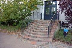 Escadas feitas de pedras diferentes e de uma porta Imagens de Stock Royalty Free