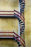 Escadas helicoidais na parede mildewy Fotos de Stock