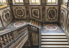 Escadas maciças de mármore do vintage na construção velha Fotografia de Stock Royalty Free