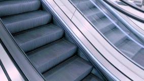 Escadas modernas da escada rolante vídeos de arquivo