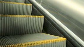 Escadas moventes da escada rolante moderna cinzenta close-up da escada rolante filme