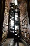 Escadas na biblioteca de faculdade da trindade imagens de stock