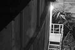 Escadas na noite sob uma lâmpada de rua fotografia de stock