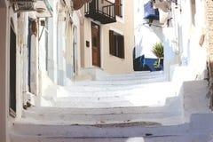 Escadas na rua estreita da cidade de Neorio na ilha de Poros, Gree imagem de stock