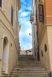 Escadas na rua estreita em Roma Fotos de Stock Royalty Free