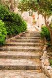 Escadas na rua histórica de Tossa de Mar, Costa Brava Imagens de Stock Royalty Free