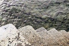 Escadas no afogamento de superfície do frio da água fotos de stock royalty free