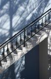 Escadas no azul fotos de stock royalty free