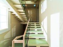 Escadas no interior home moderno imagens de stock