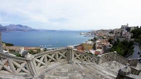 Escadas para baixo ? cidade de Gaeta em It?lia Vista no porto e no litoral italiano foto de stock