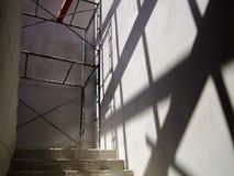 Escadas para a caminhada acima na casa sob a construção fotos de stock