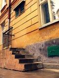 Escadas perto da parede Fotografia de Stock
