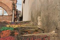 Escadas pintadas no arco-íris Foto de Stock