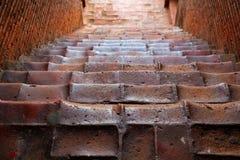 Escadas que antigas isso conduz ao stupa Imagem de Stock Royalty Free