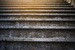 Escadas que conduzem à luz aberta brilhante, escadaria ao céu imagem de stock royalty free