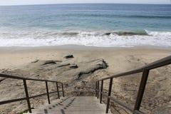 Escadas que conduzem para baixo à praia no Laguna Beach Foto de Stock
