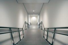 Escadas que conduzem para baixo à saída de emergência imagem de stock